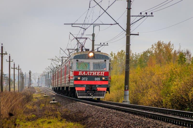 Il treno russo va dalla ferrovia fuori della citt? Trasporto pubblico Regione della Russia Leningrado, Gatcina distretto 7 ottobr fotografia stock libera da diritti
