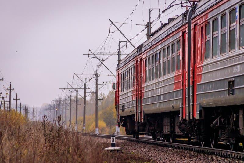 Il treno russo va dalla ferrovia fuori della citt? Trasporto pubblico Regione della Russia Leningrado, Gatcina distretto 7 ottobr immagini stock libere da diritti