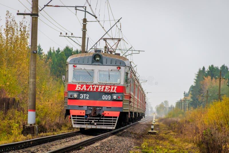 Il treno russo va dalla ferrovia fuori della citt? Trasporto pubblico Regione della Russia Leningrado, Gatcina distretto 7 ottobr immagine stock