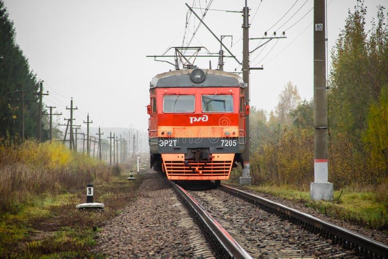 Il treno russo va dalla ferrovia fuori della citt? Trasporto pubblico Regione della Russia Leningrado, Gatcina distretto 7 ottobr immagini stock
