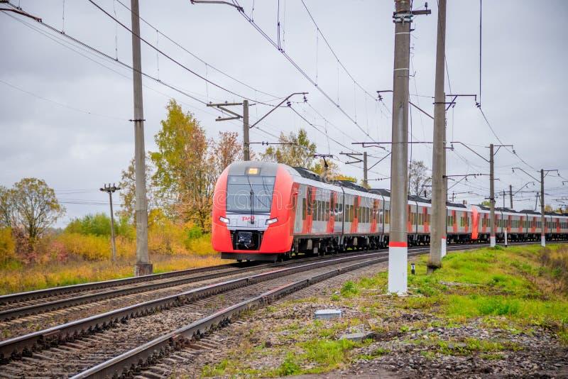 Il treno russo va dalla ferrovia fuori della citt? Trasporto pubblico Regione della Russia Leningrado, Gatcina distretto 7 ottobr immagine stock libera da diritti