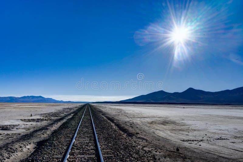 Il treno segue il deserto Salar de Uyuni di Altiplano Bolivia immagine stock libera da diritti