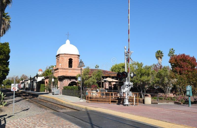 Il treno segue San Juan Capistrano Historic District immagine stock libera da diritti