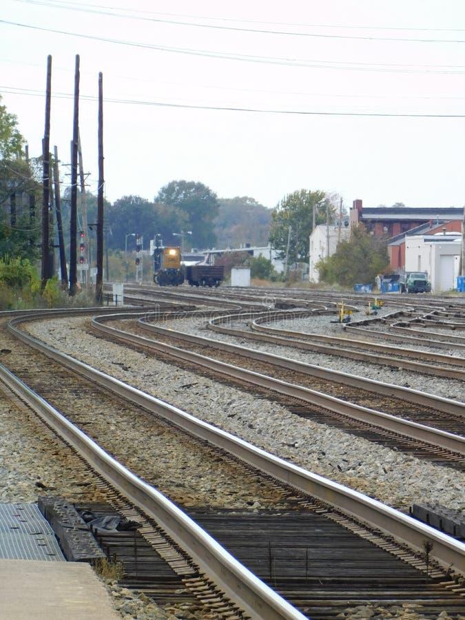 Il treno sta venendo intorno alla curvatura fotografie stock libere da diritti