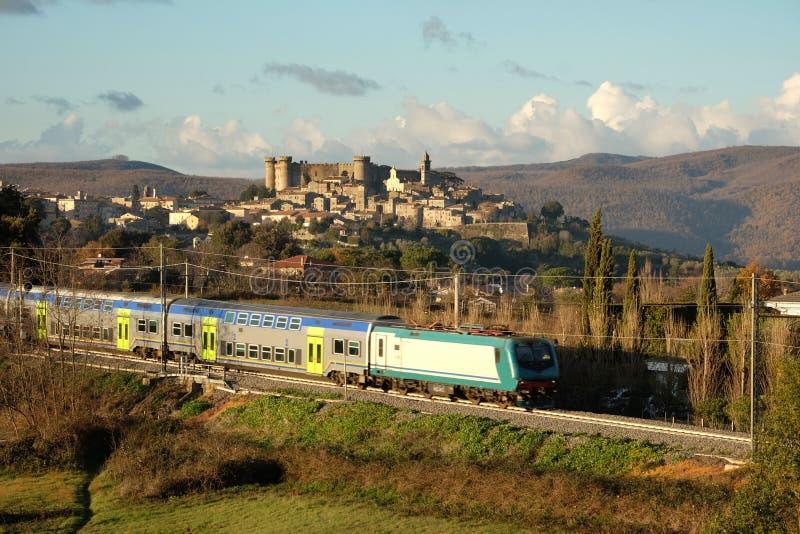 Il treno va dalla città antica di Bracciano immagine stock libera da diritti