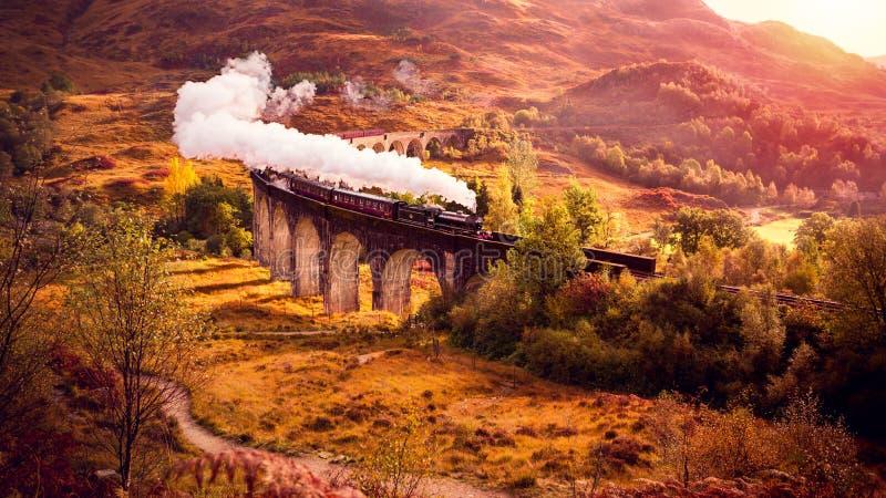 Il treno a vapore storico sta attraversando il viadotto di Glenfiann immagini stock libere da diritti