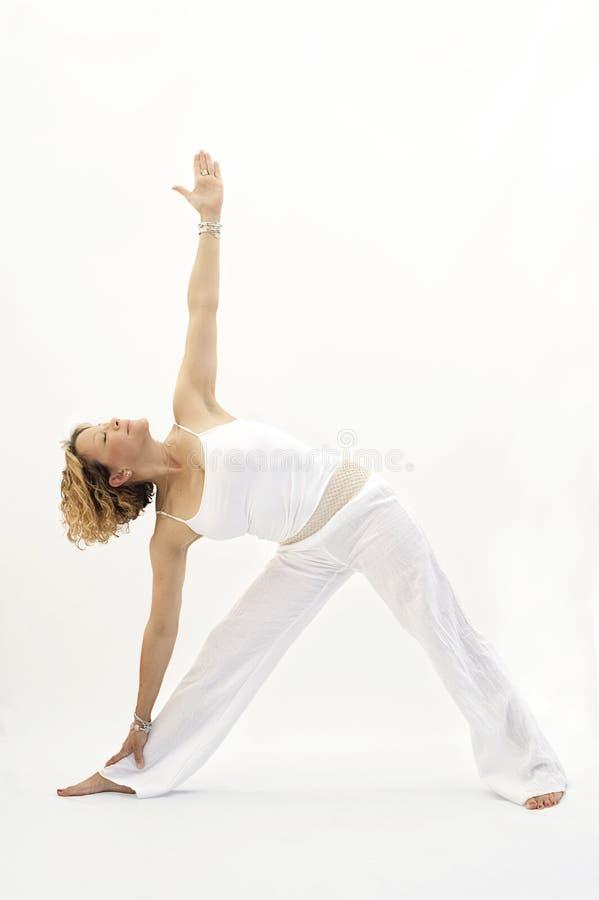 Il triangolo della donna di yoga posa il fondo bianco immagini stock