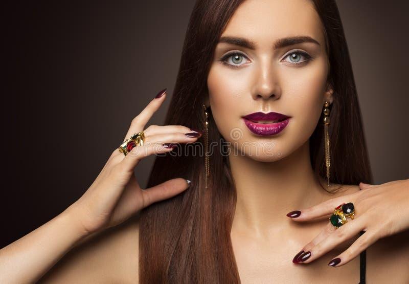 Il trucco di bellezza del fronte della donna, il modello di moda Make Up, osserva i chiodi delle labbra fotografie stock