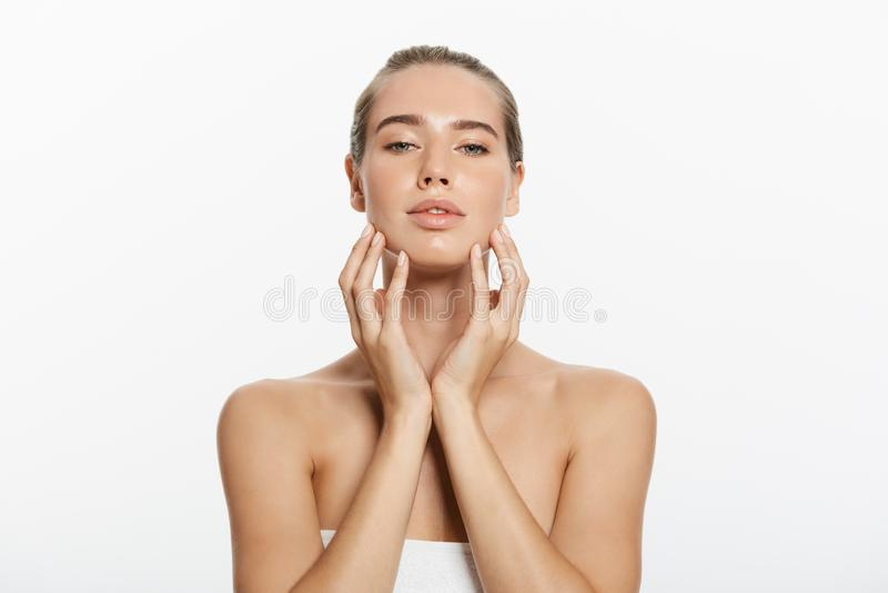 Il trucco di bellezza della donna, fronte naturale compone, cura di pelle del corpo, bello Touching Neck Chin di modello fotografia stock libera da diritti