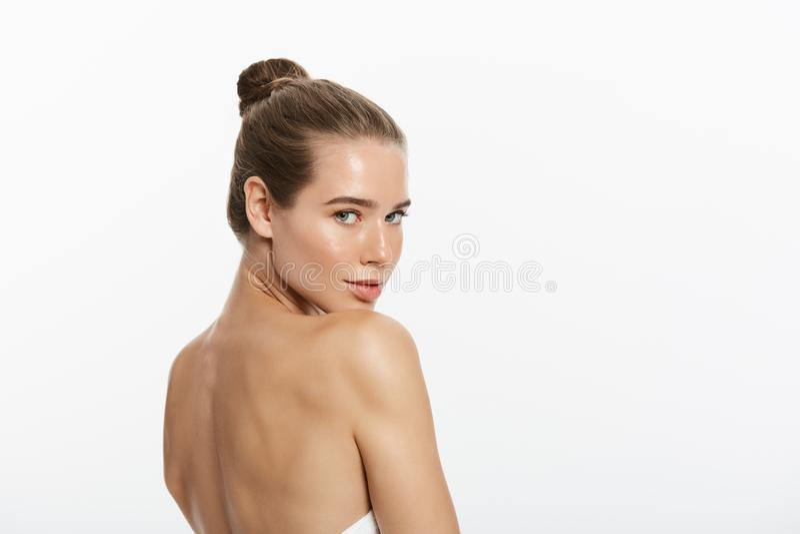 Il trucco di bellezza della donna, fronte naturale compone, cura di pelle del corpo, bello Touching Neck Chin di modello immagini stock