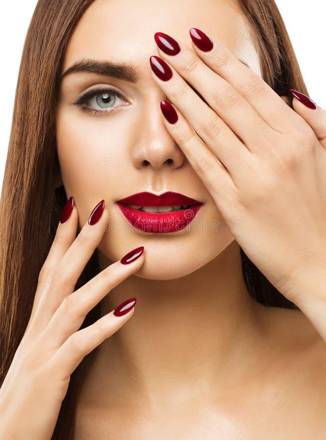 Il trucco di bellezza della donna, labbra inchioda gli occhi, coprenti il fronte compone immagine stock libera da diritti