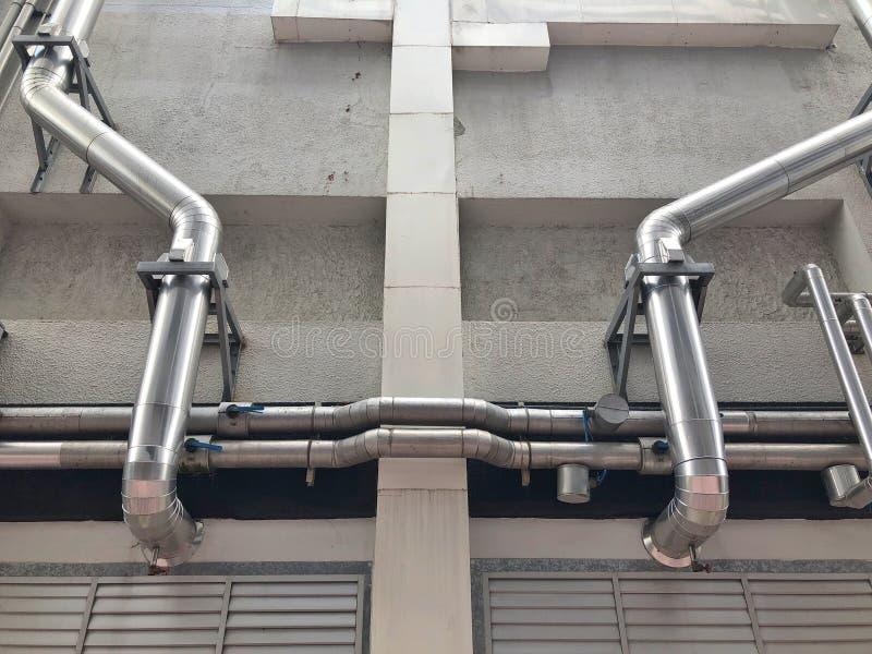 Il tubo d'acciaio dal pompaggio della torre di raffreddamento fotografia stock