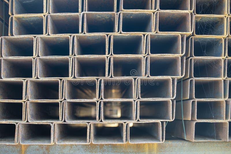 Il tubo rettangolare arrugginito del metallo nei pacchetti è immagazzinato nel magazzino dei prodotti metallici Materiali d'accia fotografie stock libere da diritti