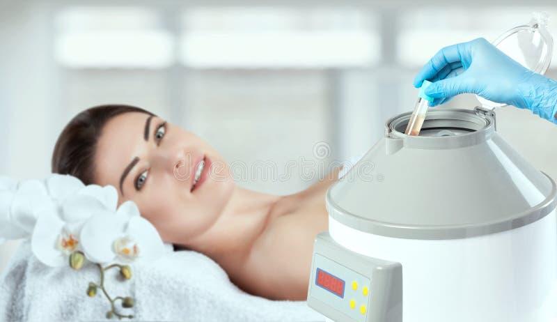 Il tubo sanguigno viene rimosso dalla centrifuga medica per il sollevamento al plasma Procedura Prp fotografia stock
