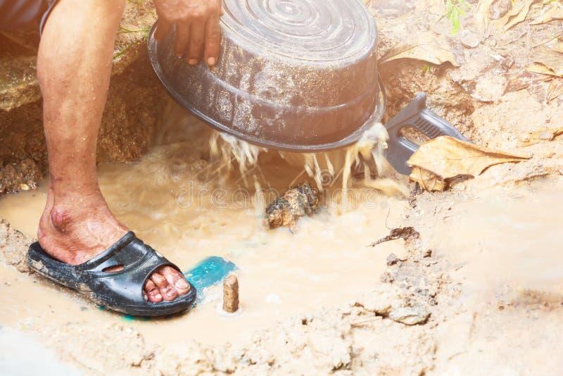 il tubo tagliato nel moto dell'acqua e del foro alla riparazione di lavoro dell'idraulico del bordo della strada con il taglio ha fotografia stock libera da diritti