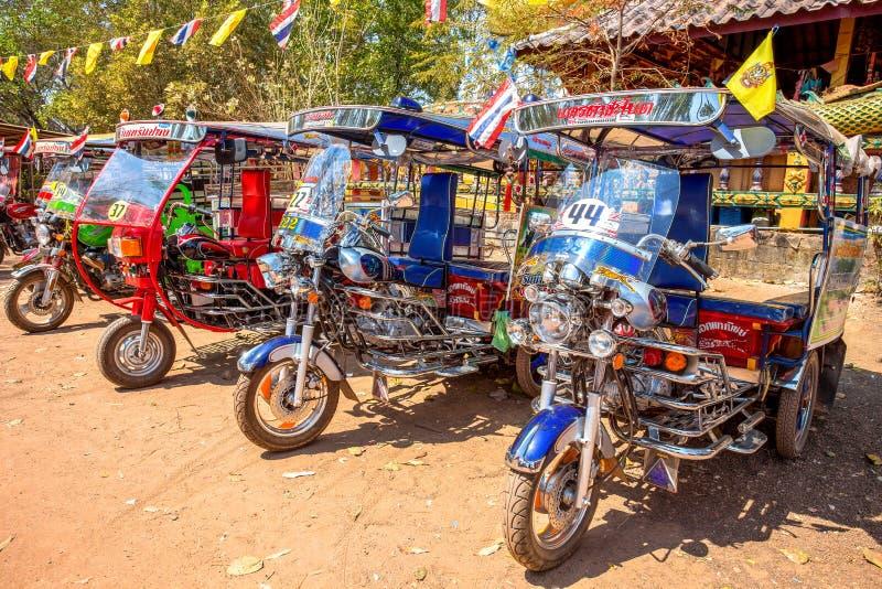Il tuk di Tuk ha parcheggiato fuori del tempio nella provincia di Udon Thani, Tailandia fotografie stock libere da diritti