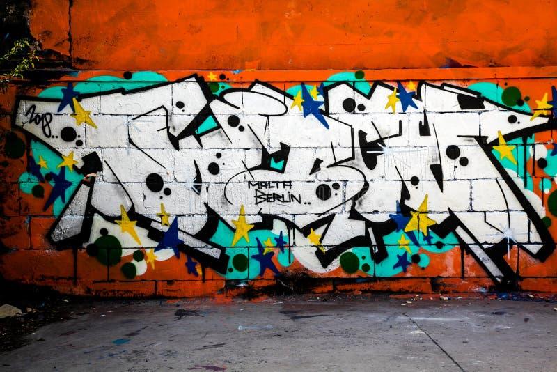 Il tunel del sottopassaggio con i graffiti tira sulla parete fotografia stock libera da diritti