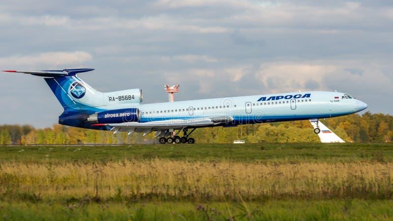 Il Tupolev sovietico Tu-154 dell'aereo passeggeri del jet atterra all'aeroporto di Domodedovo, Mosca, Russia fotografia stock libera da diritti