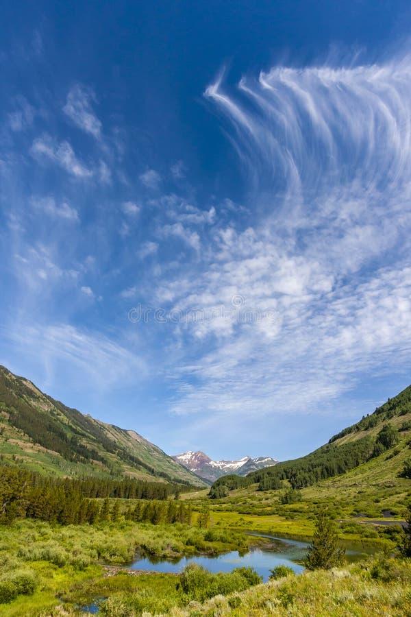 Il turbine si rannuvola la scena della montagna immagine stock libera da diritti