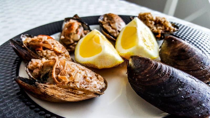 Il turco ha farcito le cozze con il limone/Midye Dolma immagine stock libera da diritti