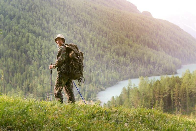 Il turista è felice che ha ottenuto al punto finale dell'itinerario turistico immagine stock