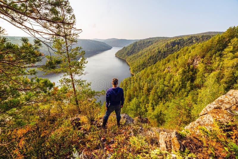 Il turista ammira la vista pittoresca del bacino idrico fotografia stock
