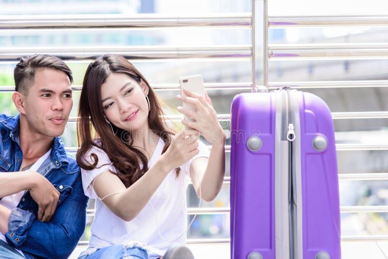 Il turista asiatico delle coppie ha l'ascolto e selfie di musica insieme fotografie stock