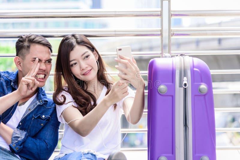 Il turista asiatico delle coppie ha l'ascolto e selfie di musica insieme fotografia stock libera da diritti