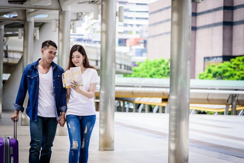Il turista asiatico delle coppie ha la camminata e viaggio con la porpora grande fotografia stock libera da diritti