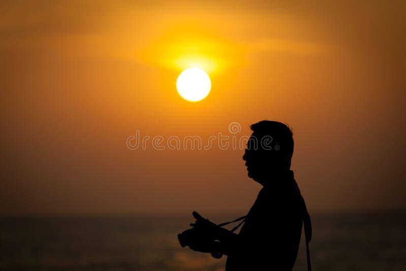 Il turista del Giappone fotografa Sunses a Colombo, Sri Lanka (Silhouet fotografia stock