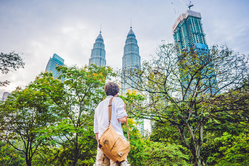 Il turista dell'uomo in Malesia esamina le torri gemelle di Petronas immagini stock