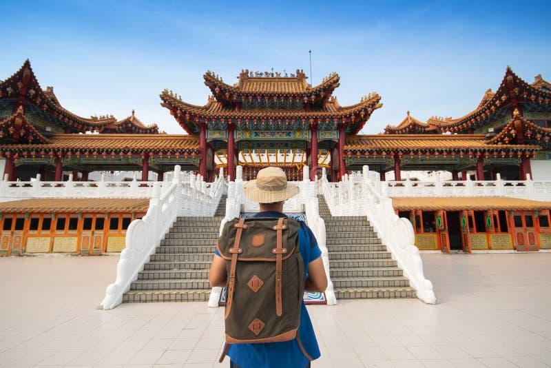 Il turista di viaggiatore con zaino e sacco a pelo dell'uomo sta visitando il tempio di Thean Hou in Kuala Lumpur fotografie stock