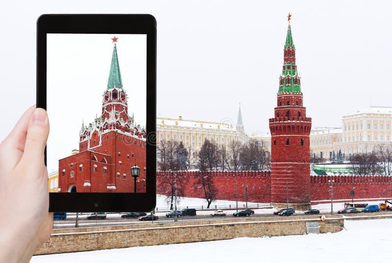 Il turista fotografa il Cremlino nel giorno di nevicata dell'inverno fotografie stock libere da diritti