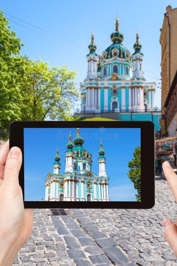il turista fotografa la chiesa sulla discesa di Andriyivskyy fotografie stock