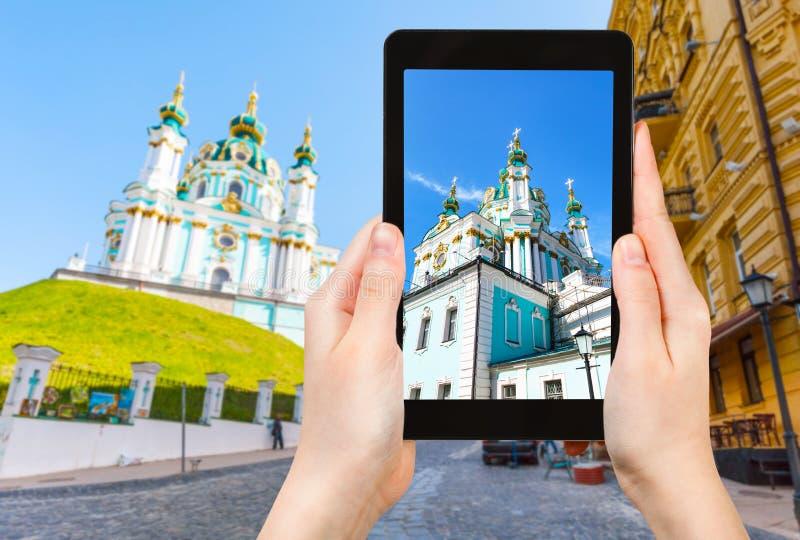 il turista fotografa la st Andrew Church a Kiev immagini stock