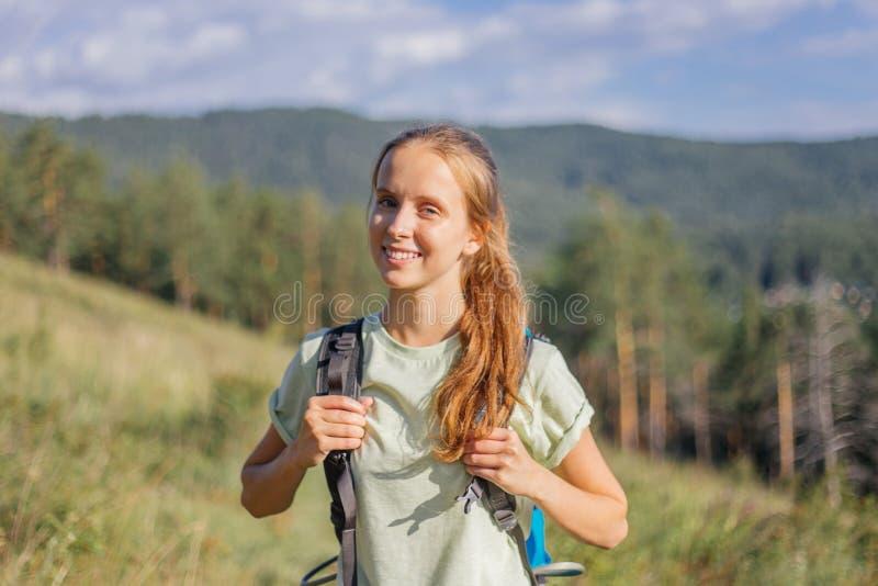 Il turista ha fatto un'escursione sopra una montagna e godere della vista immagine stock libera da diritti