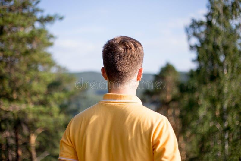 Il turista ha fatto un'escursione sopra una montagna e godere della vista fotografie stock libere da diritti