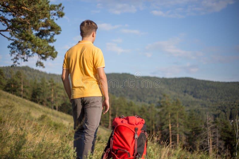 Il turista ha fatto un'escursione sopra una montagna e godere della vista fotografia stock
