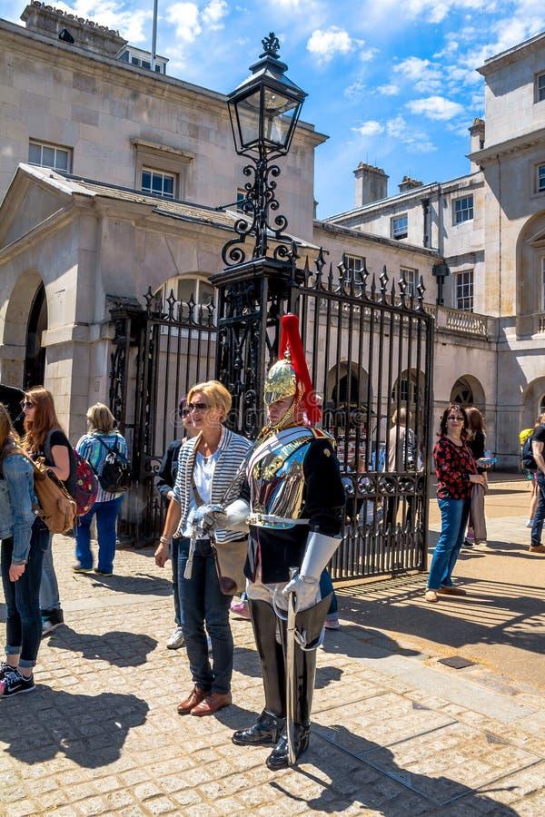 Il turista non identificato è fotografato vicino al soldato di cavalleria montato vicino al museo della cavalleria della famiglia fotografia stock