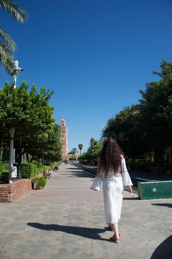 Il turista occidentale cammina alla moschea di Koutoubia, Marrakesh immagine stock libera da diritti