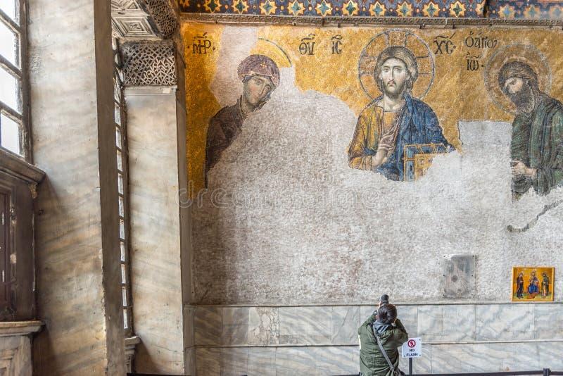 Il turista prende la foto di Jesus Christ Pantocrator, dettaglio dal mosaico bizantino di deesis in Hagia Sophia a Costantinopoli immagine stock libera da diritti