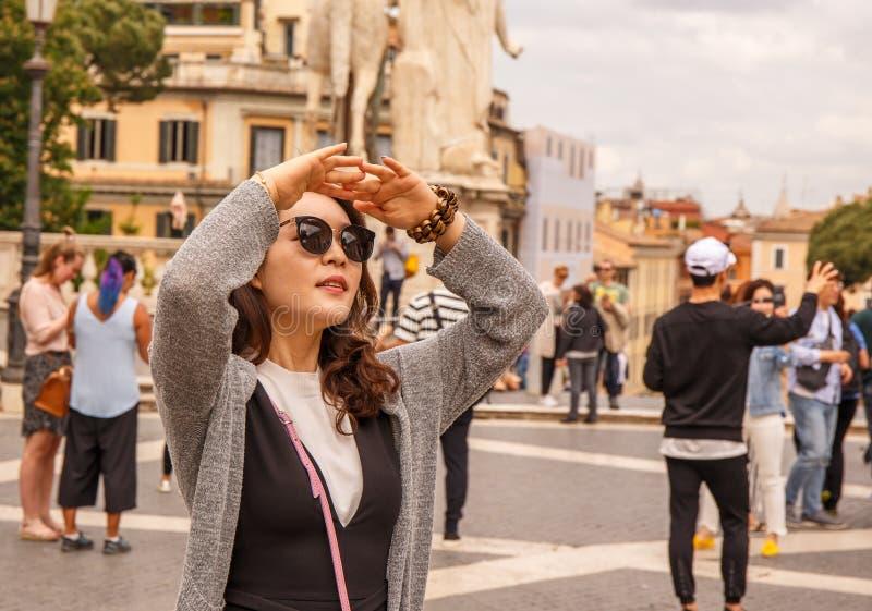 Il turista a Roma sta cercando fare un giro turistico! fotografia stock libera da diritti