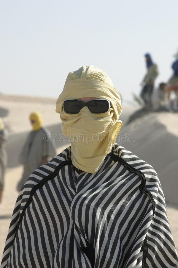 Il turista si è vestito come il bedouin con gli occhiali da sole immagine stock
