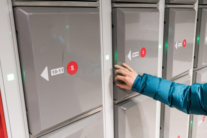 Il turista usa la funzione di immagazzinamento nei bagagli ad una stazione ferroviaria fotografie stock libere da diritti