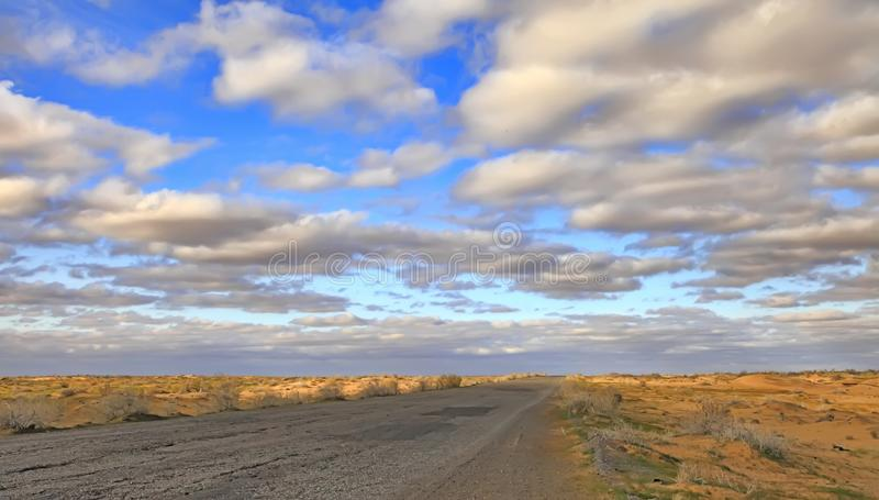 Il Turkmenistan, gola del villaggio - 23 marzo 2019: fermata e parcheggio dell'autobus per le automobili vicino al complesso di r fotografia stock libera da diritti