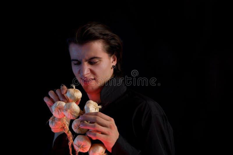 Il vampiro bello non gradice l'aglio immagini stock
