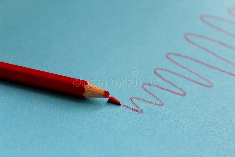Il vantaggio di matita si era rotto durante il disegno fotografia stock libera da diritti