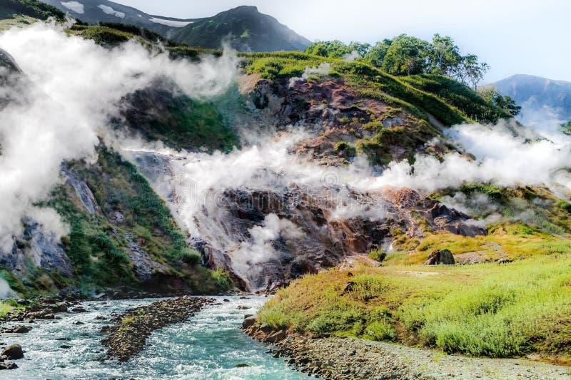 Il vapore dai geyser Lava congelata del vulcano Valle dei geyser Fuoco vago Riserva naturale dello stato di Kronotsky immagini stock libere da diritti