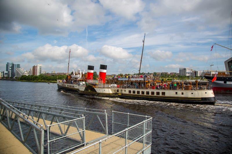 Il vapore di pagaia Waverley che si dirige giù il fiume Clyde, Glasgow, Scozia fotografie stock
