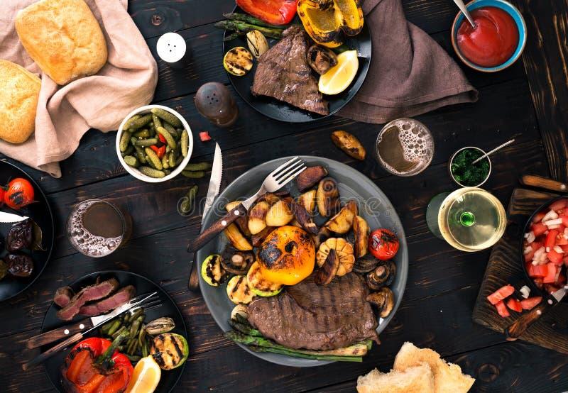 Il vario alimento ha cucinato sulla griglia, vista superiore fotografia stock